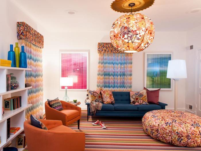 eine bunte Einrichtung mit Gardinen und eine Lampen mit Lampenschirm auf Schmetterling Muster