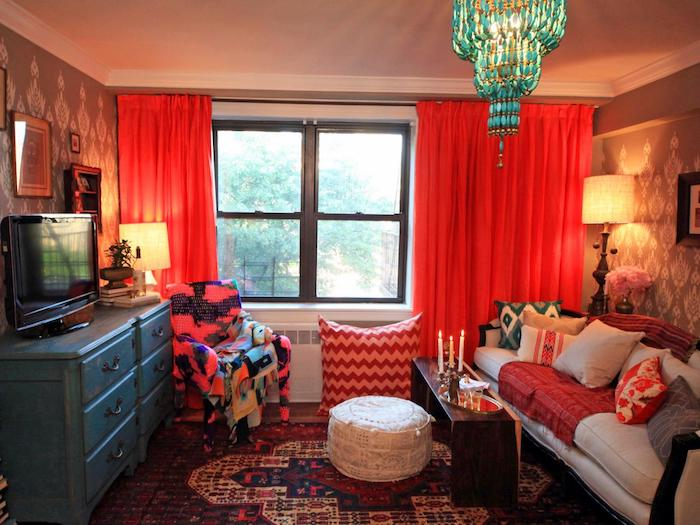 rote Vorhänge, Couch Jugendzimmer, ein orientalisches Ambiente wegen des Lampenschirms