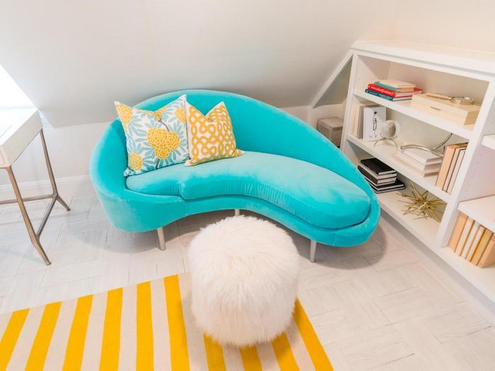 schöne Zimmer, blaues Couch, gestreiften Teppich in Gelb und Beige, weißes Regal