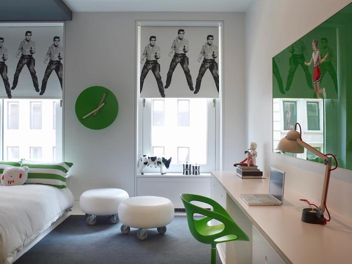 Schöne Zimmer - ein grünes Zimmer, Rollos mit Verzierung - Elvis Presley, Schreibtisch aus Holz