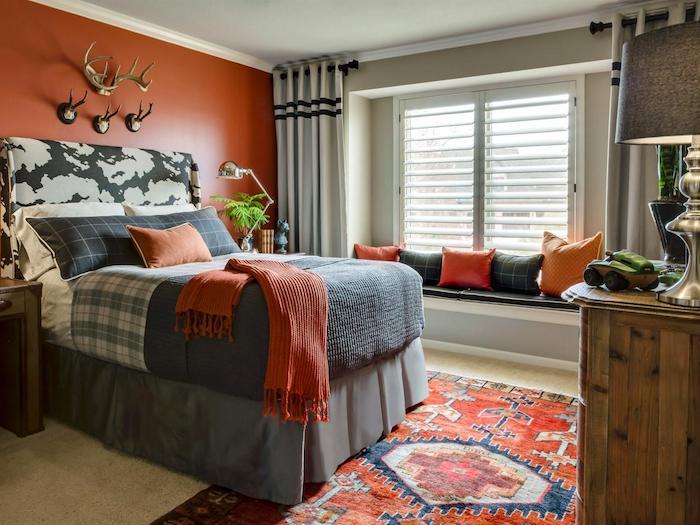 schöne Zimmer, orange Wände, Perserteppich, Jäger Dekoration, kleine Kissen