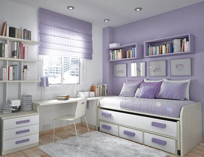 ein lila Zimmer, Rollos am Fenster, schöne Zimmer, kompakter weißer Schreibtisch
