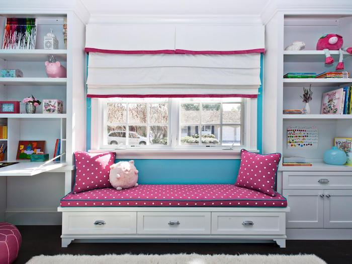 rosa Sofa am Fenster, Plisses in weißer Farbe, weiße Regale und weißer Schreibtisch - schöne Zimmer