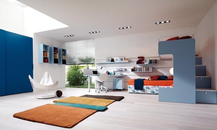 Hochbett mit Treppen, viele Regale nebeneinander, bunte Teppiche und interessante Dekorationen