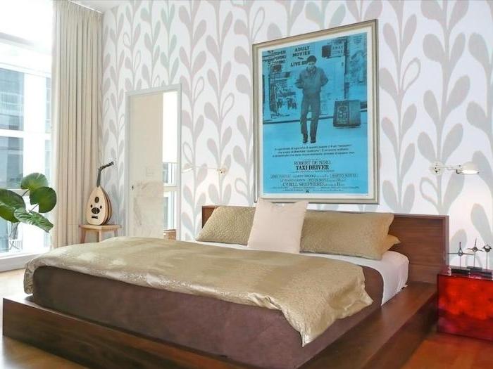 goldene Bettwäsche, ein blaues Poster über dem Bett, roter Nachttisch - schöne Zimmer