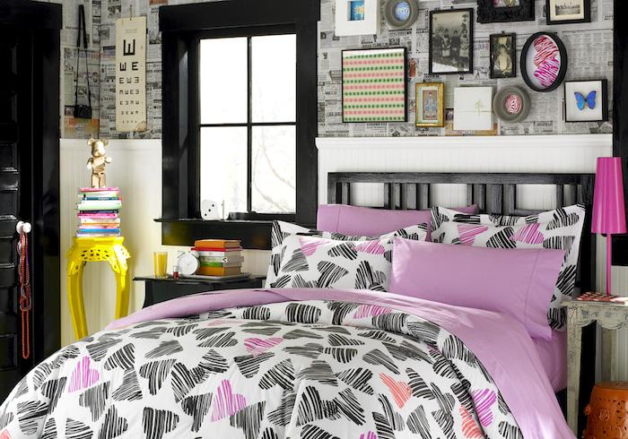 schöne Zimmer - ein rosa Bett mit schwarzen und rosa Herzchen als Motiv, interessante Verzierungen