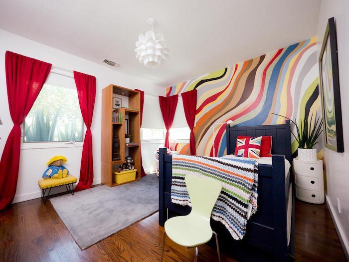 rote Vorhänge, eine bunte Wand, kleines Bett mit gemusterten Kissen - schöne Zimmer