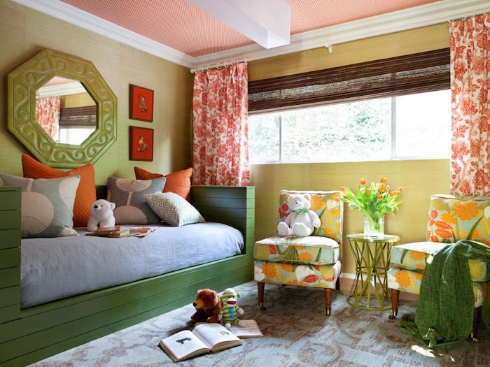 ein grünes Bett mit blauer Matratze, ein großer, grüner Spiegel, zwei bunte Sessel - schöne Zimmer