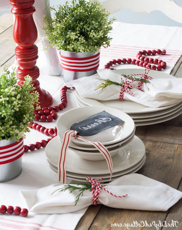 weihnachtsdekoration weiße teller und designs grüne deko ideen grün rote tischverzierung