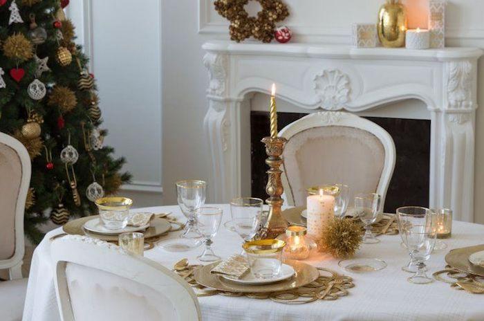 weihnachtsbaum deko elegante hausdekorationen in weiß und golden kerzen weihnahtsbaum kamin deko auf dem kamin ideen in weiß und gold