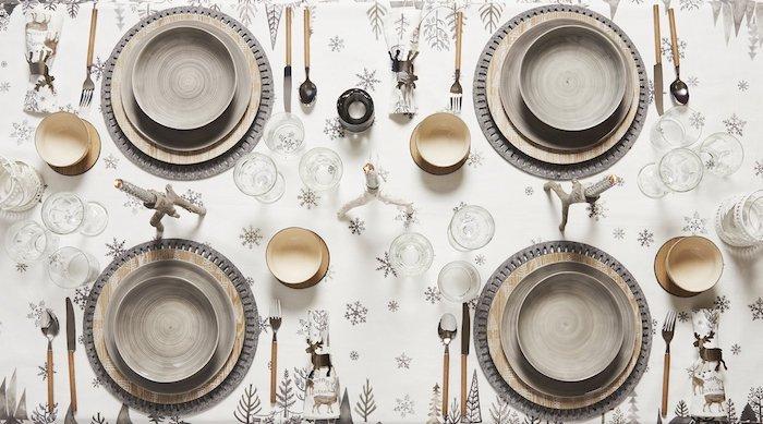 günstige weihnachtsdeko selber basteln oder ins geschäft gehen und kaufen schöne tischdecke mit winterlichen motiven schneemann schneeflocken elch elen deko ideen