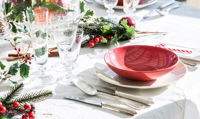 weihnachtsdekoration weiße tischdecke gedeckter tisch mit roter schüssel deko ideen