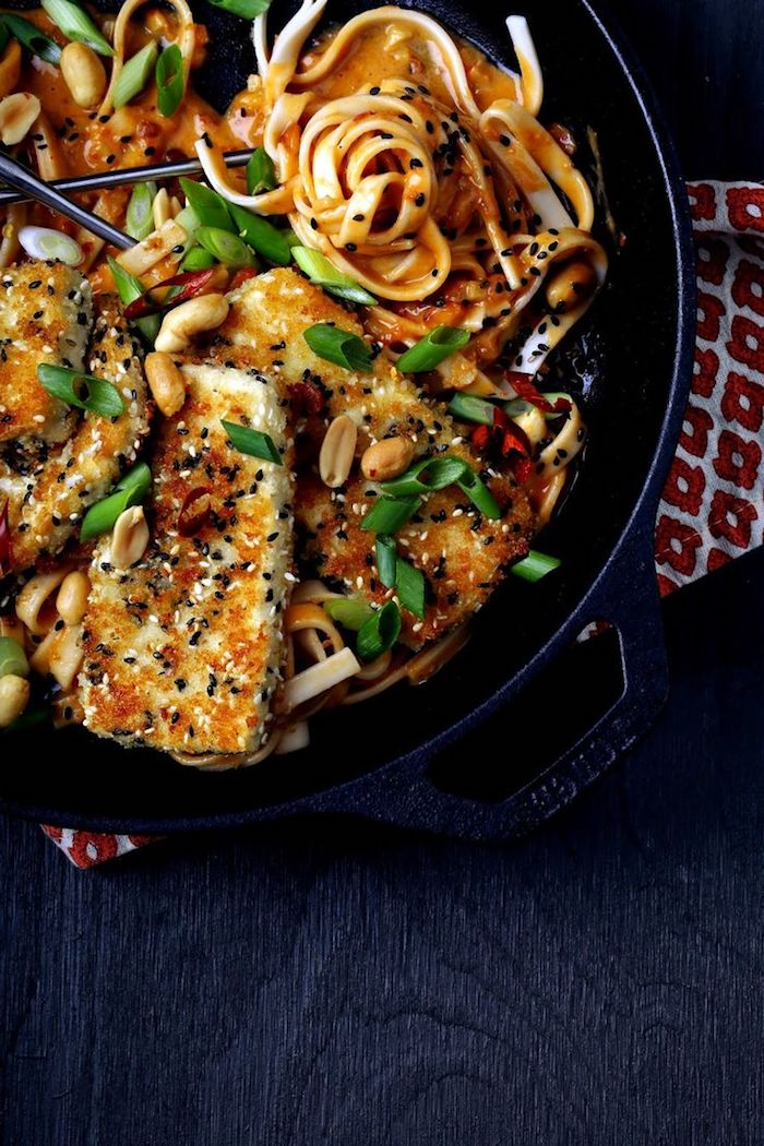 geräucherter tofu mit erdnüsse spagetti tagliatelle zwiebel grün uns sesam speisen in der pfanne zubereiten