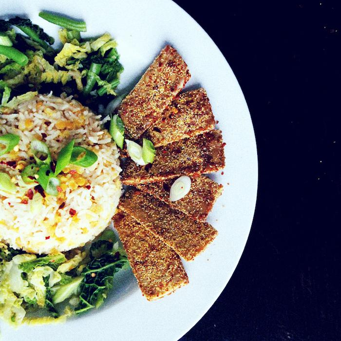 tofu rezepte reis grüne blätter tofu stücke gegrillt knusprig lecker abendessen oder mittagessen vegan