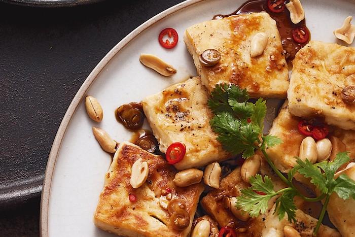 tofu zubereiten rezept mit erdnüssen und chilli paprika frische petersilie teller voll von vitaminen