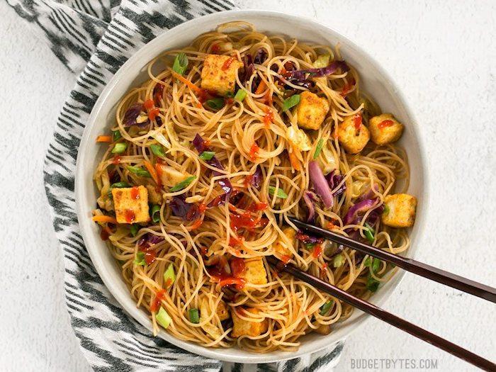 tofu braten mit spagetti mischen und gemüse zugenen ein perfektes asiatisches gericht zum genießen