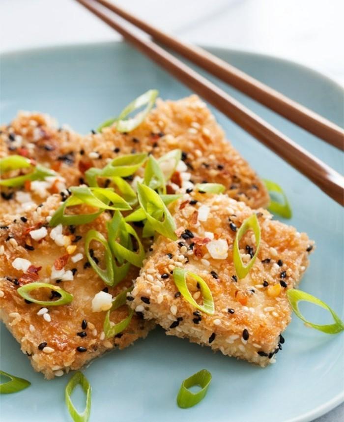 tofu grillen sesam tofu speise zum genießen serviert mit frischer zwiebel grüne blätter blaue teller