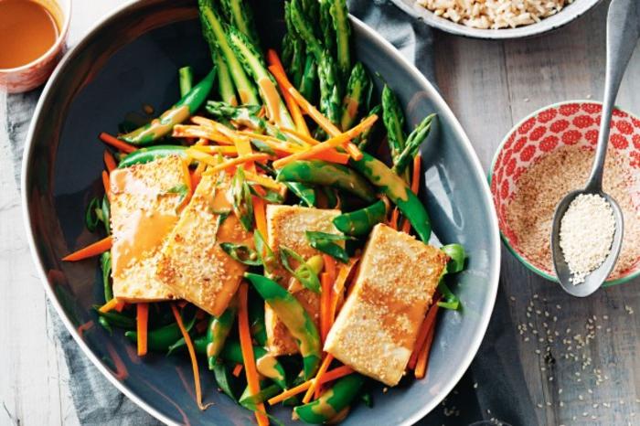 tofu grillen gesunde speisen zum genießen tofugericht tofukäse mit spargeln und bohnen kombinieren mit sesam bestreuen