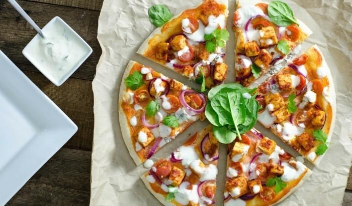 tofu rezept pizza aus blumenkohl und eier pizza ohne mehl glutenfreie pizza selber machen spinat blätter tofüwürfel tomaten weiße soße pilze