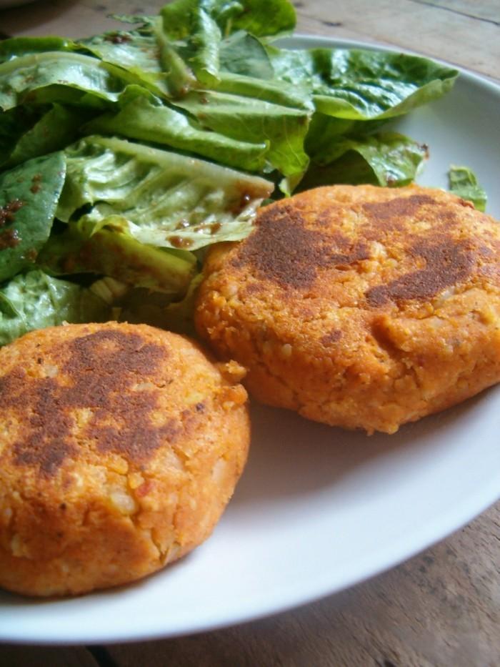 tofu grillen tofukäse frikadellen selber machen grüner salat vegane frikadelle selber zubereiten schmackhafte speisen