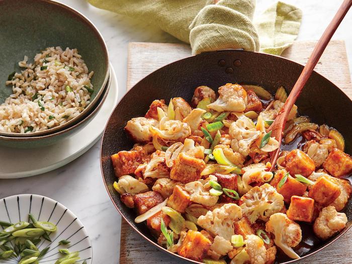 rezepte mit tofu kochen und genießen familienfreude reis gemüse obst zwiebel pfanne gericht holzlöffel