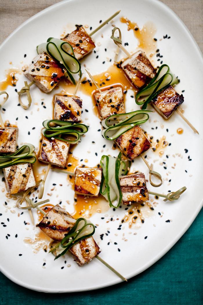 tofu grillen mit gurken und grillsoße sesam kreative idee für tofu speisen zum genießen vorspeise vegan