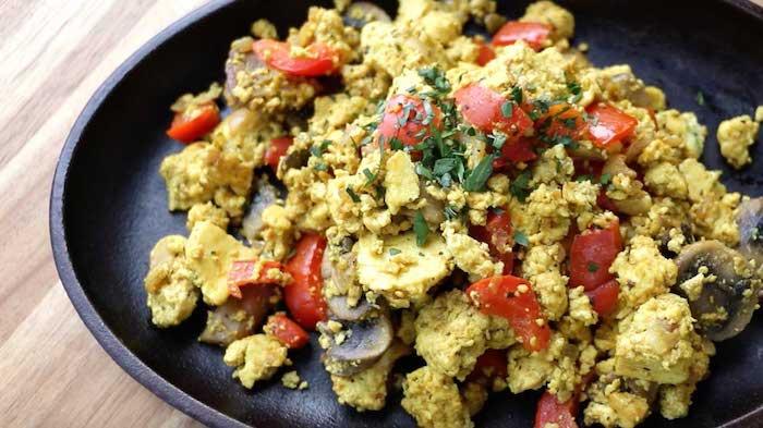rührei mit tofu tomaten pilzen zwiebel geschmackvolle rezepte zum genießen schnelles und gesundes frühstück