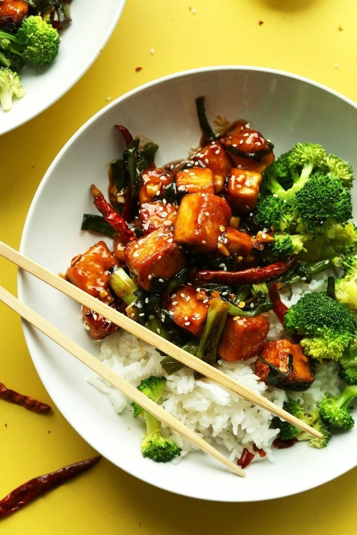 tofu grillen chilli-tofu-speise mit sesam weißer reis und brokkoli suß-sauere tofü stücke servieren