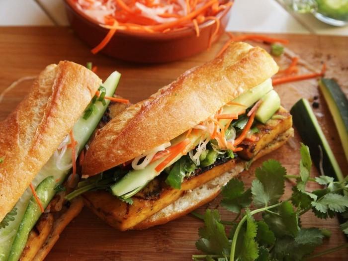 tofu braten vegane sandwiches zubereiten gesundes fast food vollkornbrot mit gemüse hummus und tofu