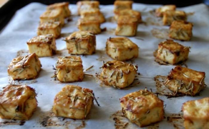 tofu braten oder backen tolle ideen für vorspeise bei einer party kräuter käsestücke backpapier backofen