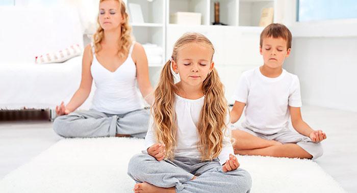 die familie meditiert zusammen yoga für die generationen gesunde ritualien trainings mama mäschen und junge kinder