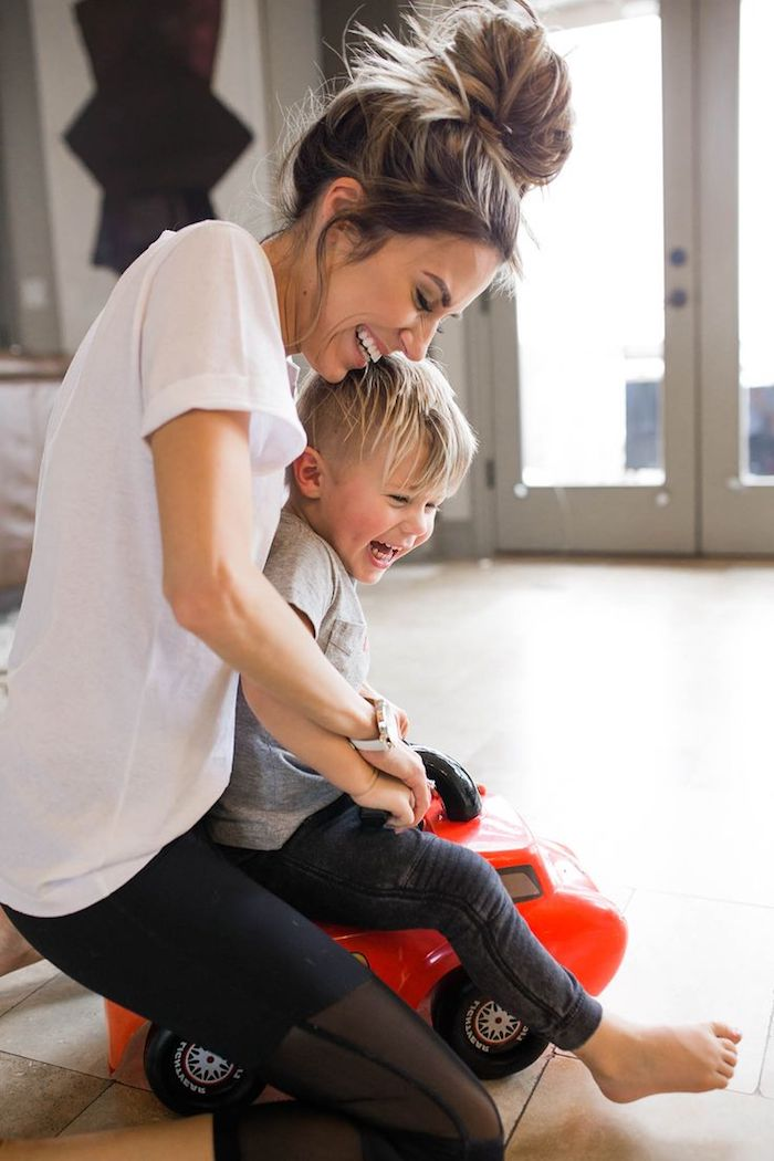 spaß am leben haben mama spielt mit dem kind gesunde eltern gesunde kinder spielen und lachen verbrennen kalorien blondes kind blonde eltern rotes auto spielzeug