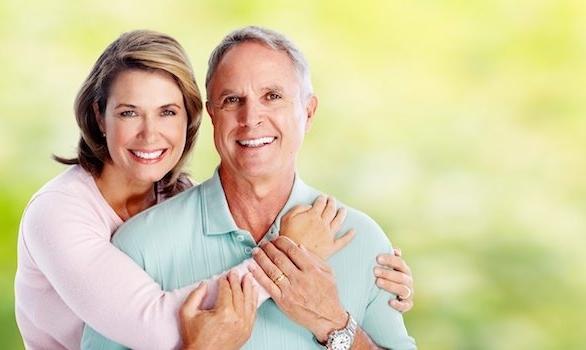 zufriedene großeltern hohe alter frohe menschen gesundes leben mann und frau zufriedenheit
