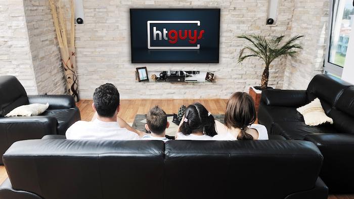 moderne wohnwand eine fröhliche familie schaut zusammen die lieblingsserien fernsehen zusammen eltern und kinder