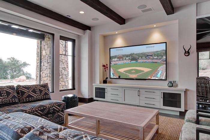 schrankwände zimmerdesign großartig fernseher fußball zusachauen zusehen sofa mit buntem dessin