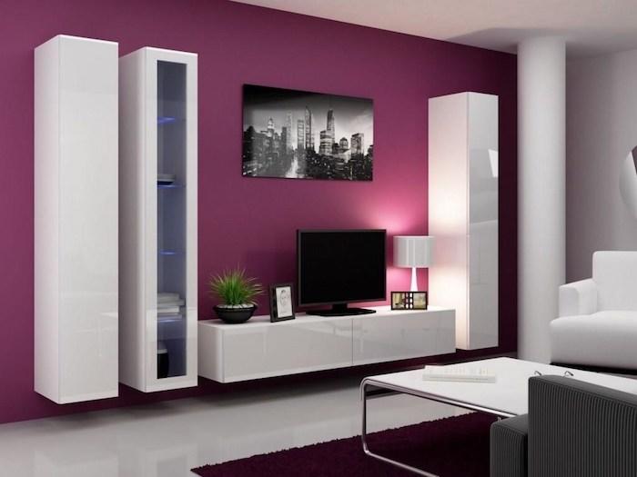 wohnwand weiß oder violet lilawand weiße schränke bücherregal in der nähe vom fernseher wanddeko wandbild in grau und schwarz