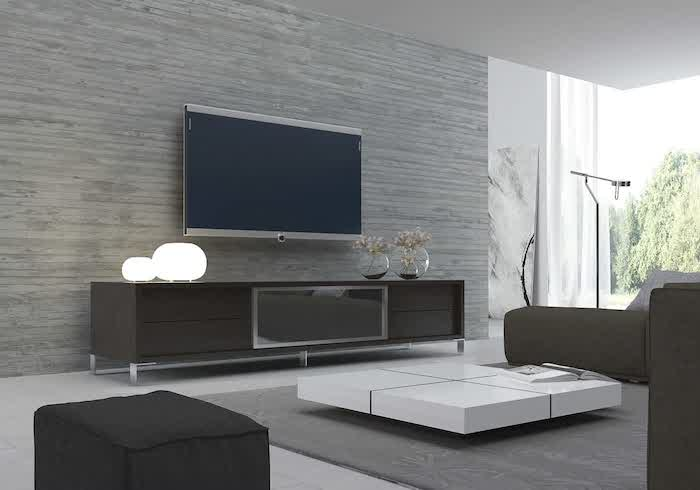 schrankwand grau und wieder grau großer fernseher runde lampen zwei und zwei vasen mit frischen blumen