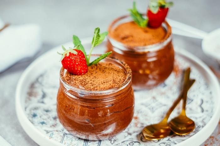 vegane schokolade selber machen, mousse mit aquafaba, schokoladenmousse mit kakao und erdbeeren