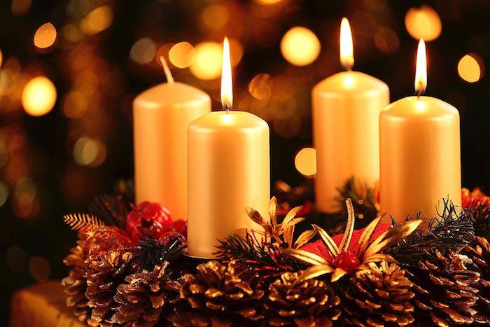 idee für eine weihnachtsdekoration mit einem kleinen adventskranz mit vier goldenen kleinen kerzen und mit vielen kleinen braunen zapfen
