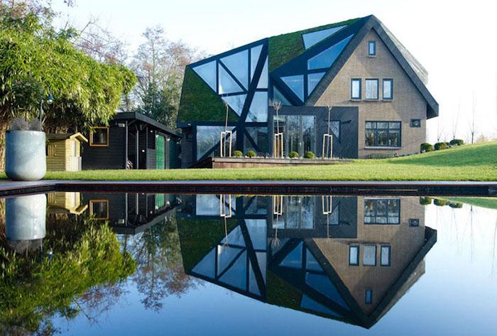 dreistöckiges Villa am Stadtrande, Leben im Vorstadthaus, große Bäume als Sichtschutz