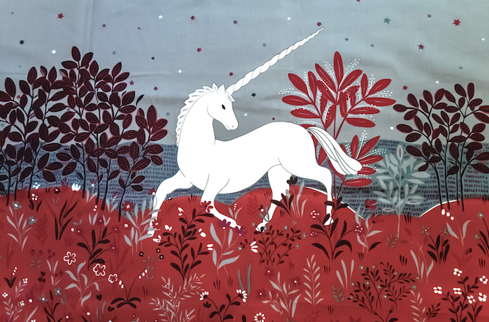 ein wald mit roten bäumen mit roten blättern - ein einhorn mit einem langen weißen horn - einhorn bilder