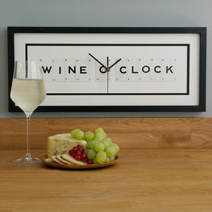 Cooles Geschenk für Weinliebhaber, Wanduhr Wine o'clock,, Weißwein und kulinarische Köstlichkeiten