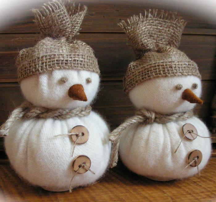 diy schneemänner aus weißen socken basteln - mit knöpfen aus holz und mit schalen