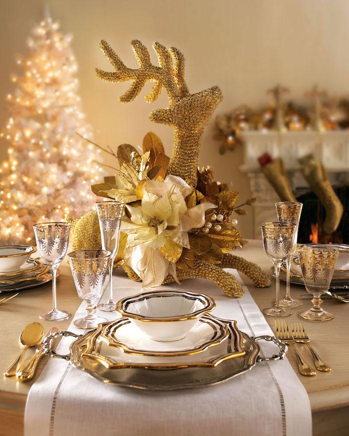 weihnachtsdeko selber machen golden weiße dekorationen auf dem tisch goldener erlc weihnachtsbaum in weiß schmücken