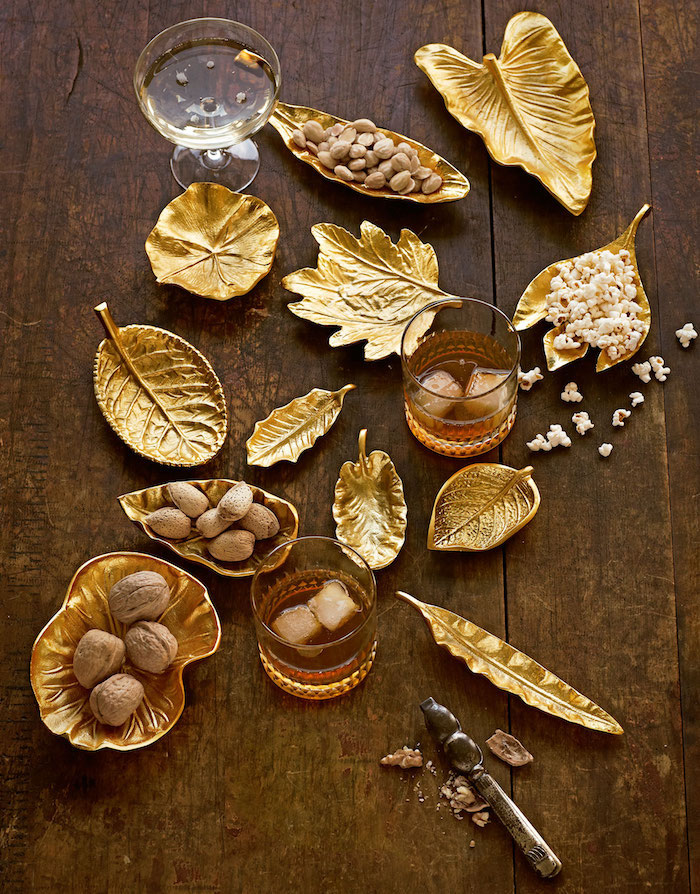 weihnachtsdeko selber machen diy ideenzum selbermachen goldene blätter als kleine schüssel nutzen walnüsse weiß weißwein