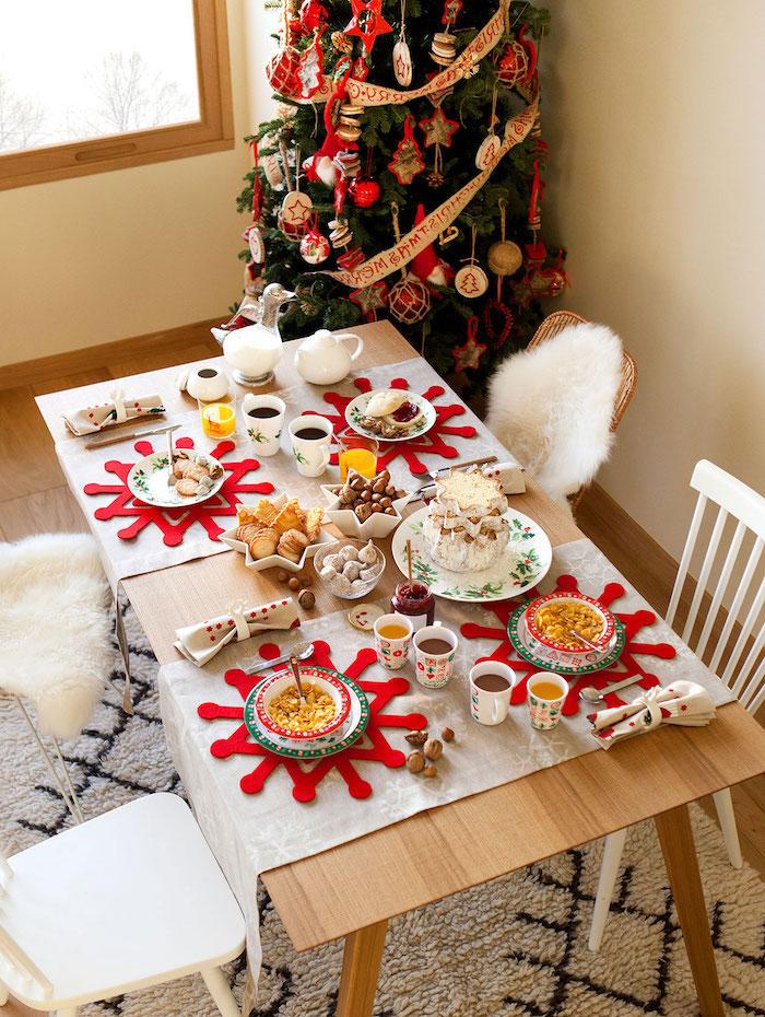 weihnachtsdeko selber machen ideen schneeflocken in rot aus stoff gebastelt unterlagen für teller tischdeko weihnachtsbaum in der ecke