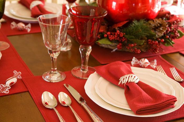 günstige weihnachtsdeko tisch aus massivholz rote tischdeko weiße teller gläser löffel rote serviette silberne