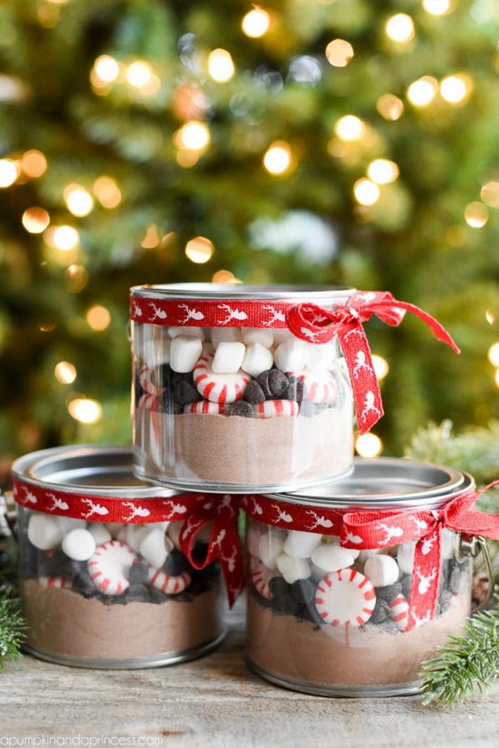 Coole Ideen für Weihnachtsgeschenke, Dosen voller Schokoladenpulver, Pralinen und Marshmallows, mir rotem Band verziert