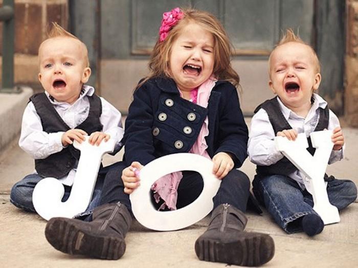 Freude von drei heulende Kinder mit schönen Klamotten gekleidet - Weihnachtsfotos