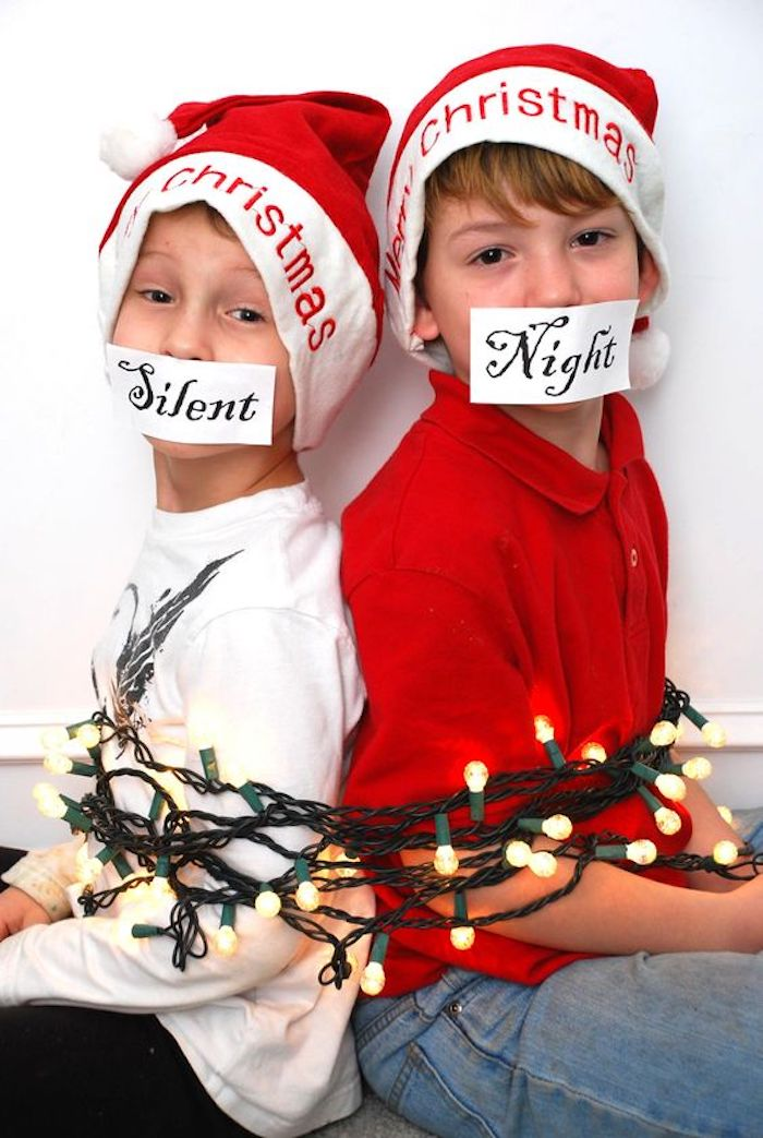 zwei Jungen sind mit einer Lichterkette festgebunden - lächerliche Weihnachtsfotos